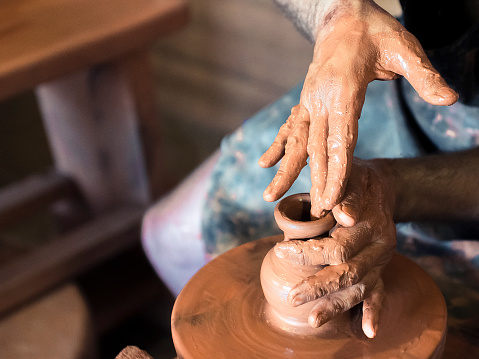 Professional Male Potter Making Ceramics On Potters Wheel In Workshop Studio Close Up Shot Of Potters Hands Handmade Art And Handicraft Concept - Fotografias de stock e mais imagens de Arte