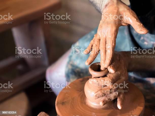 Professional Male Potter Making Ceramics On Potters Wheel In Workshop Studio Close Up Shot Of Potters Hands Handmade Art And Handicraft Concept — стоковые фотографии и другие картинки Глина