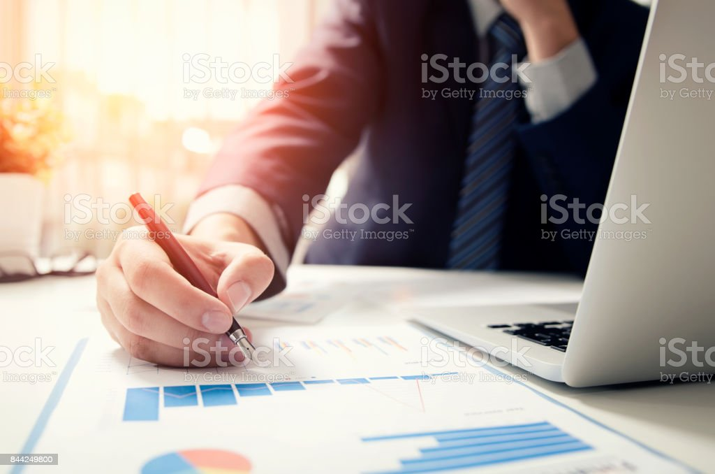 Professional manager working with finance document – zdjęcie