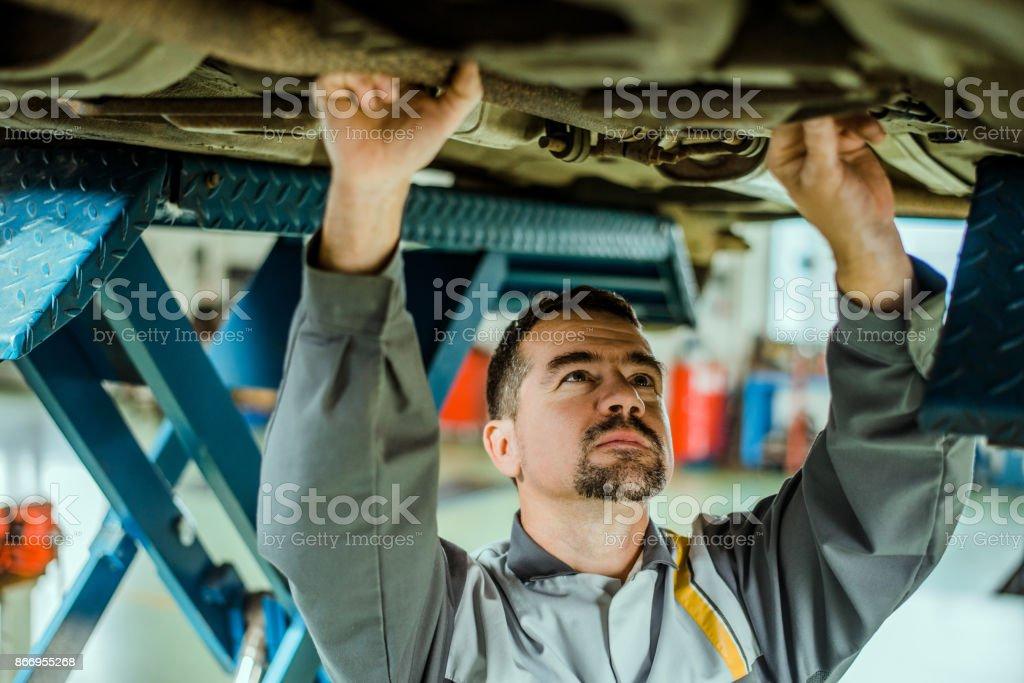 Professionellen Mechaniker ein Auto zu reparieren. – Foto