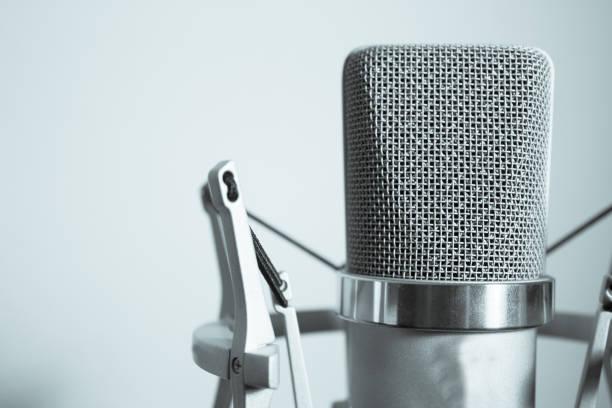 professionele microfoon zilver op witte achtergrond - podcast stockfoto's en -beelden