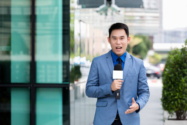 professional news reporter professional news reporter live broadcasting on urban anchor stock pictures, royalty-free photos & images