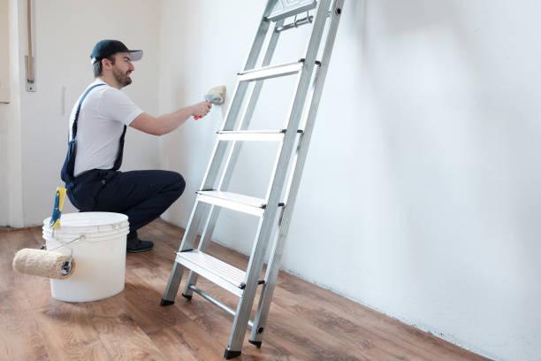 Professionelle Maler Arbeitskraft ist eine Wand malen. – Foto