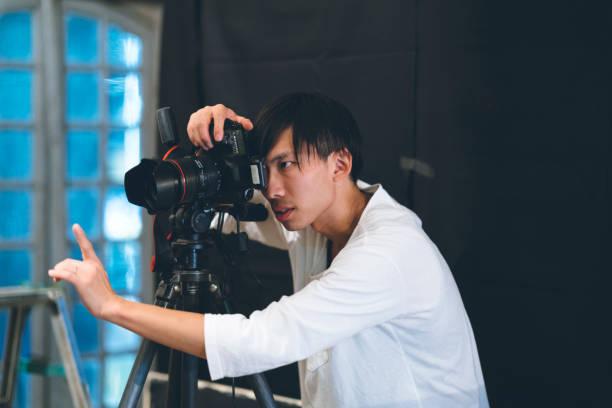 彼のスタジオで写真を撮るプロの写真 - スタジオ 日本人 ストックフォトと画像