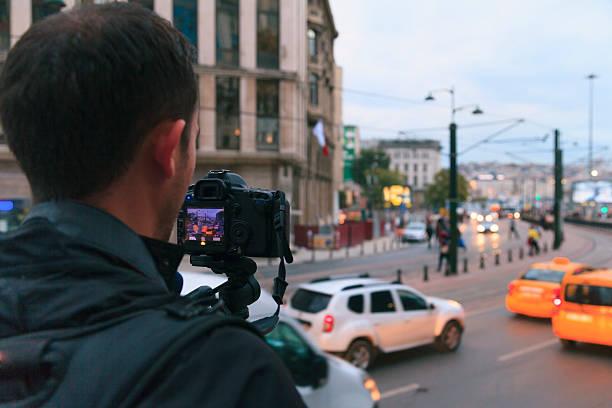 профессиональный фотограф принимая фотографии - каракёй стамбул стоковые фото и изображения