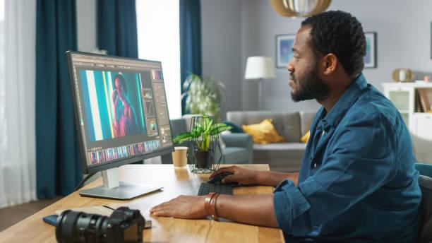 Professioneller Fotograf arbeitet in Fotobearbeitungs-App / Software auf seinem PC. Bildbearbeiter retuschieren Fotos von schönen Mädchen. Mock-Up Software-Design. – Foto