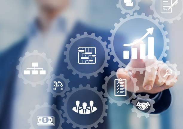Professioneller Projektmanager präsentiert Managementfähigkeiten mit der Schnittstelle zwischen Management und den Ikonen des Planungsplans von Aufgaben und Leistungen, Budget, Teamarbeit, Umfang, Risiken, Strategie, mit Zahnrädern – Foto