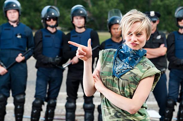 protester profesional - feliz dia del policia fotografías e imágenes de stock