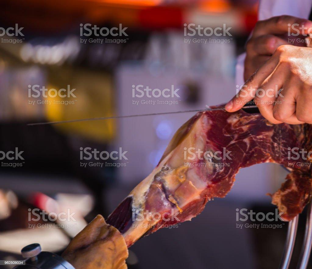 profissional de fatiar o presunto espanhol tradicional jamon serrano - Foto de stock de Adulto royalty-free