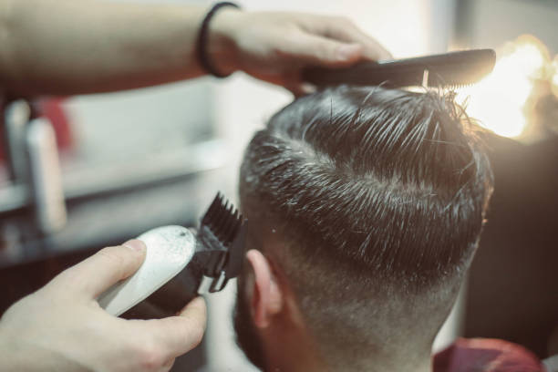 un style professionnel - barbier coiffeur photos et images de collection