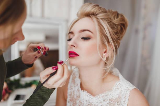 Professioneller Stylist macht Make-up für blonde Frau – Foto