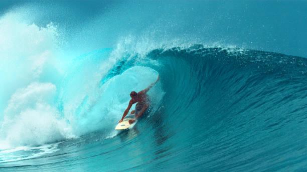特寫:專業衝浪板完成騎另一個史詩般的管波。 - 滑浪 個照片及圖片檔
