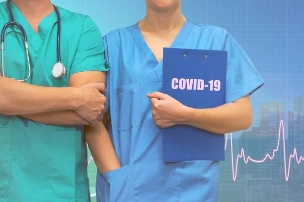 Professionelle Chirurg Mann und Frau Krankenschwester mit Krankenakten in Ordner stehen auf ecg Linie medizinische blaue Stadt Hintergrund. Medizinische Coronavirus Pandemie Hilfe Konzept in Ländern. – Foto