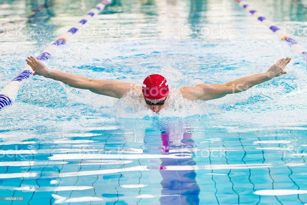 Profesjonalne Pływak w basenie – zdjęcie