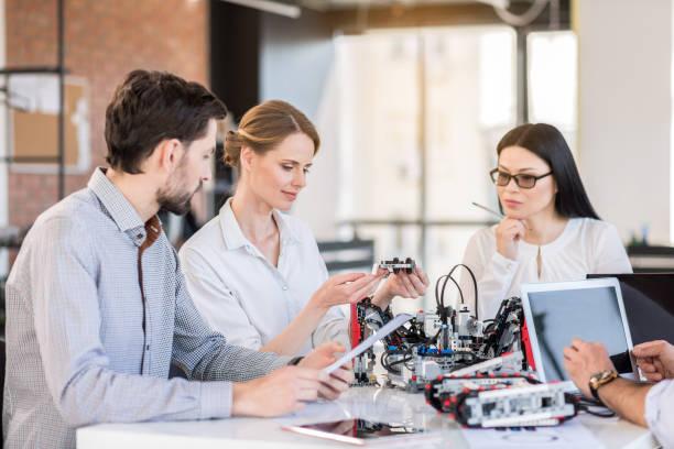 Professionelles Team testen neues Gerät im Büro – Foto