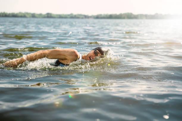 Profi-Triathlet schwimmen im offenen Wasser des Flusses – Foto