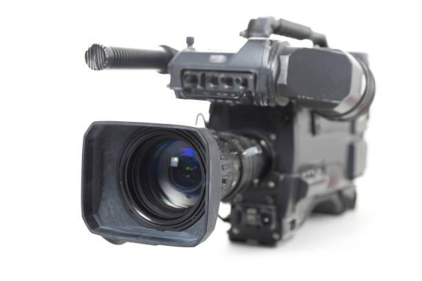 professionelle videokamera für tv-produktionen isoliert auf weißem hintergrund - kreativer speicher stock-fotos und bilder