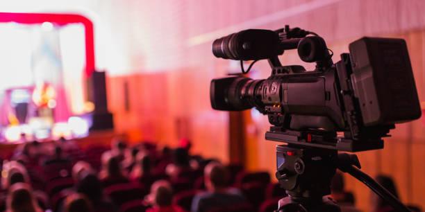 professionell videokamera på ett stativ. utrustning för video fotografering. - audioutrustning bildbanksfoton och bilder