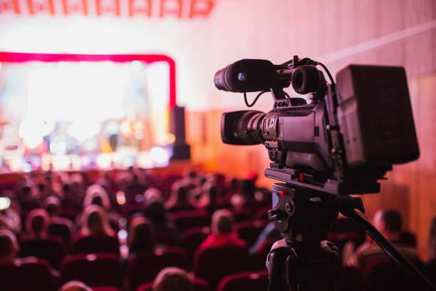 professionelle videokamera auf einem stativ. ausrüstung für videoaufnahmen. - film oder fernsehvorführung stock-fotos und bilder
