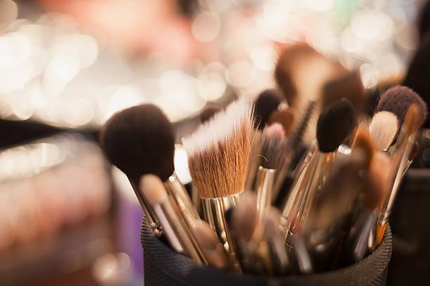 professionelle visagistin pinsel für make-up - airbrush make up stock-fotos und bilder