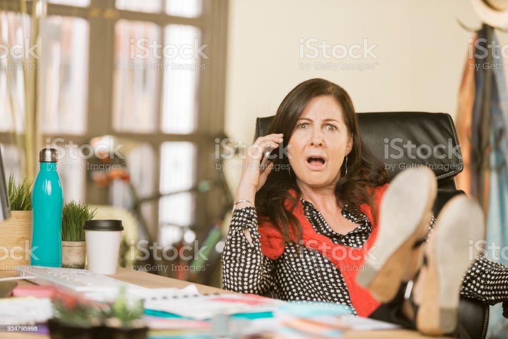 전화 대화에 반응 하는 전문적인 여자 - 로열티 프리 경영자 스톡 사진