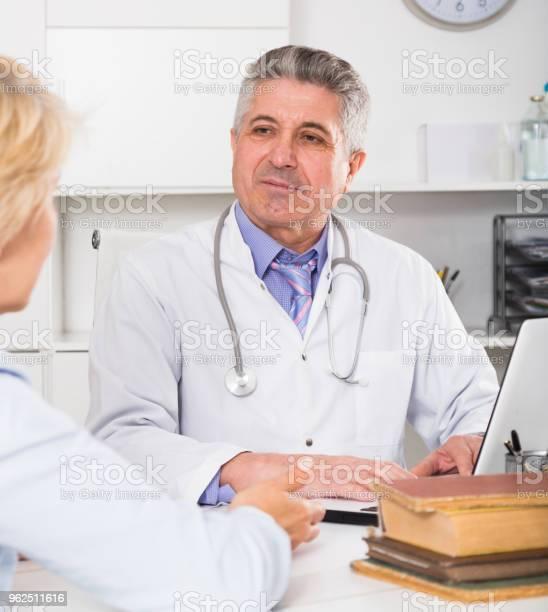 Foto de Professor Do Colega De Treinamento De Medicina e mais fotos de stock de Adulto