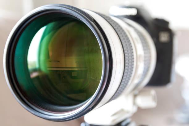 professionele digitale camera wit tele zoomlens - telelens stockfoto's en -beelden