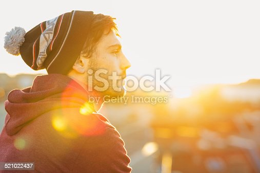 521022435istockphoto profil Portrait of  handsome young man in the back light 521022437