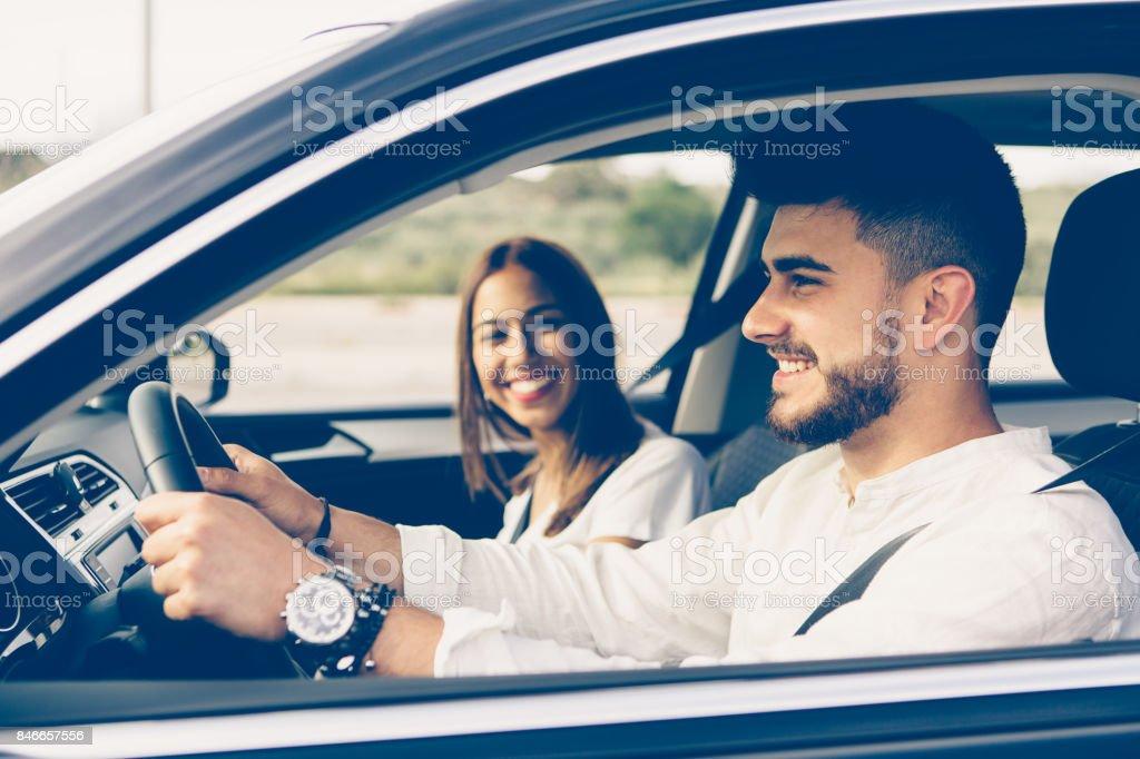 Perfil de un hombre feliz conduciendo un coche foto de stock libre de derechos