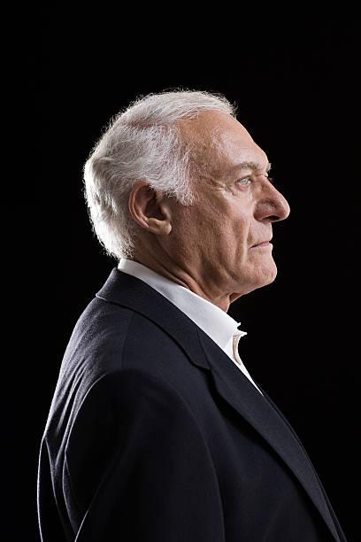 profil von einem senior erwachsener mann - senior mann porträts stock-fotos und bilder