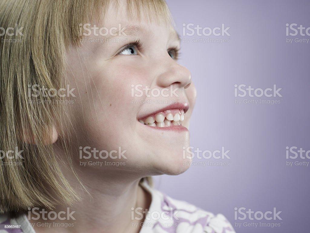 Profilo di un sorridente ragazza 5 anni. foto stock royalty-free