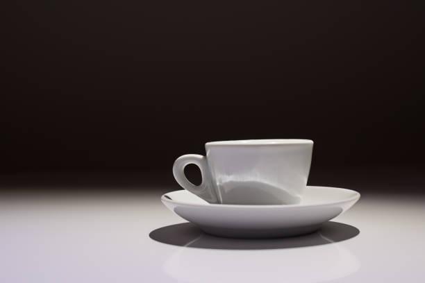 흰색과 검은색 배경에서 커피 컵의 프로필 - 커피 마실 것 뉴스 사진 이미지
