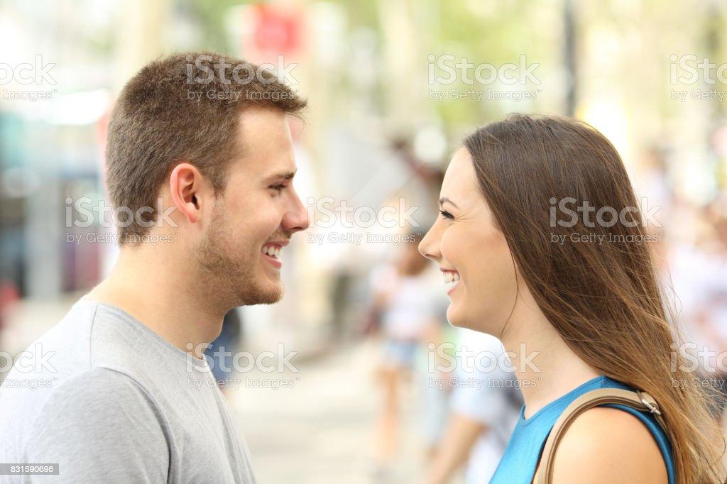 Photo Libre De Droit De Profil De Couple A La Recherche De Lautre