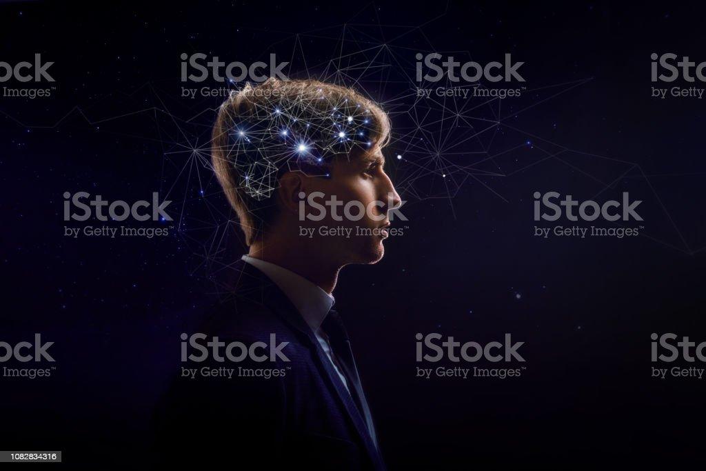 Perfil de hombre con neuronas de símbolo en cerebro. Pensamiento como las estrellas, el cosmos dentro de humanos - foto de stock
