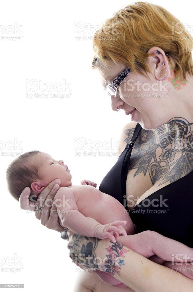 Fotografía De Profile Of Tattooed Madre Con Bebé Niña Y Más Banco De