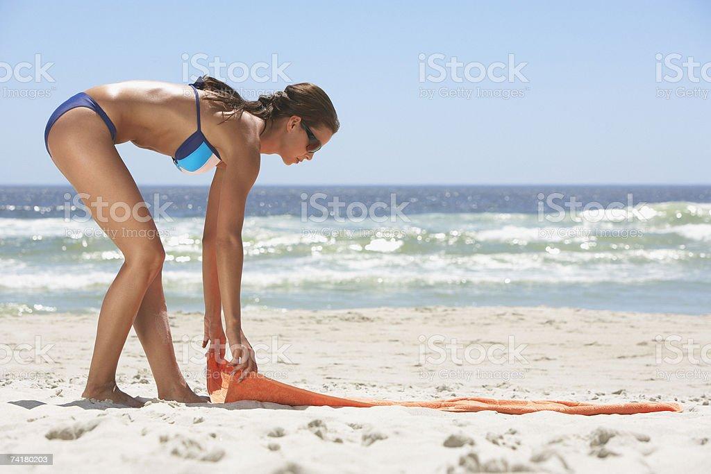 fdf3c7417a69 Perfil De Mujer En Bikini En La Playa Con Toalla De Playa Foto de ...