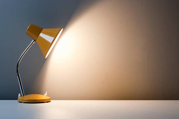 jaune lampe de bureau sur la table - lampe électrique photos et images de collection