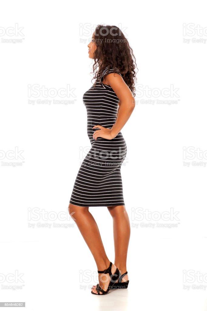 Profil de femme dénudée jeune et assez sombre, posant sur fond blanc - Photo