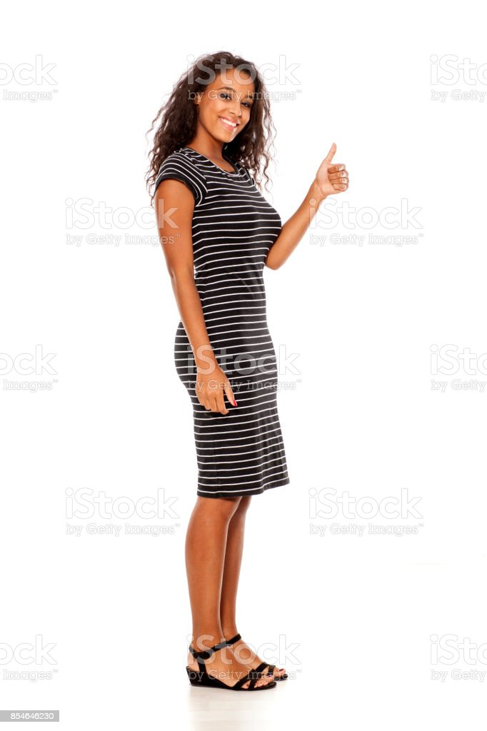 Profil de jeune femme dénudée assez sombre montrant pouces sur fond blanc - Photo