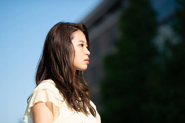 若い女性の顔のプロフィール - 女性 横顔 日本人 ストックフォトと画像