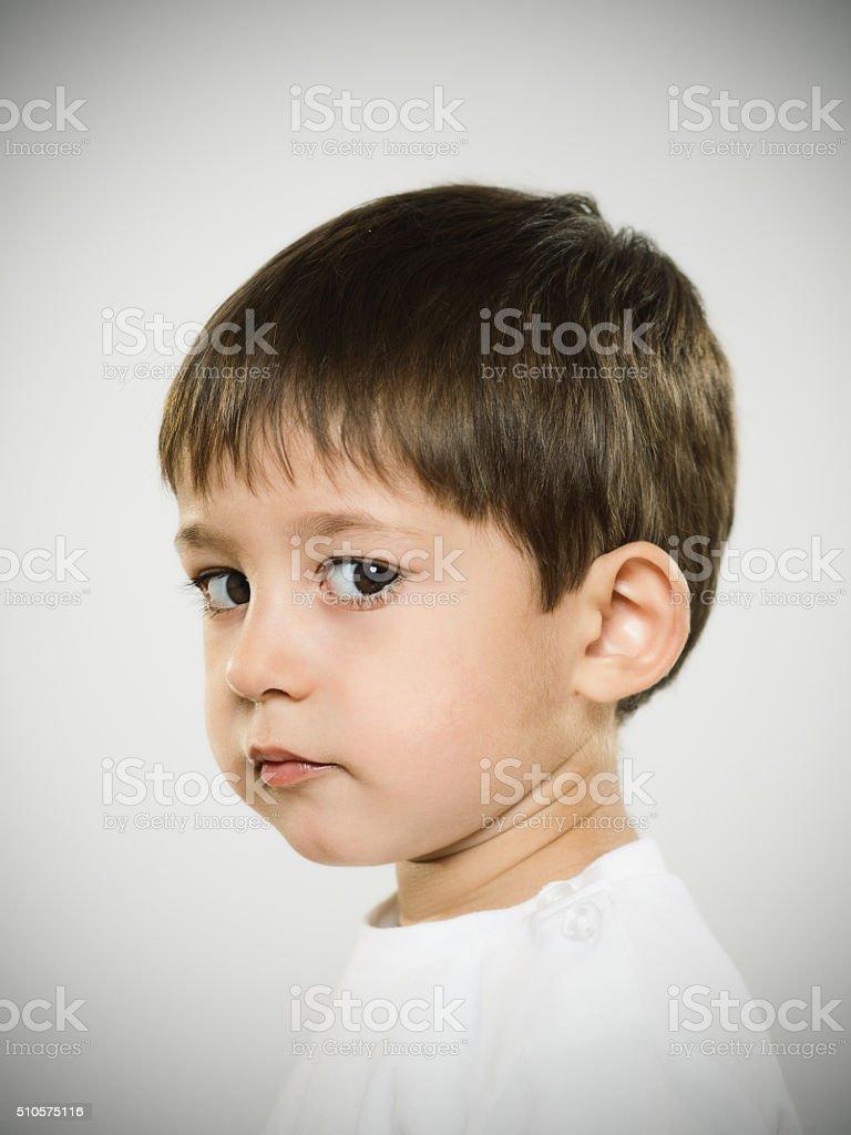 Profil Porträt von ernsthafte Kind Kamera schaut an. – Foto