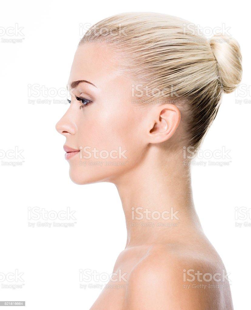 Ritratto di profilo di giovane donna bionda mette foto stock royalty-free 8153a0cd1012