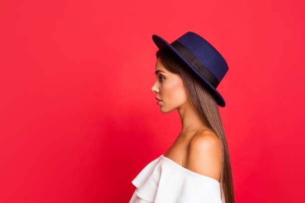 profil seite ansicht porträt zuversichtlich inhalte schön attraktive schöne liebenswerte dame tragen weiße off-the-schultern mit rüschen top bluse rot pastell hintergrund isoliert - frisuren für schulterlanges haar stock-fotos und bilder