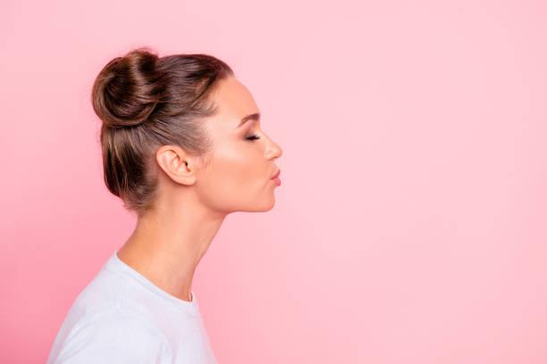 profiel van kant weergave portret van haar ze aardig leuke aantrekkelijke mooie zoete vrolijk meisje dame kussen u geïsoleerd over pastel roze achtergrond - zoen stockfoto's en -beelden