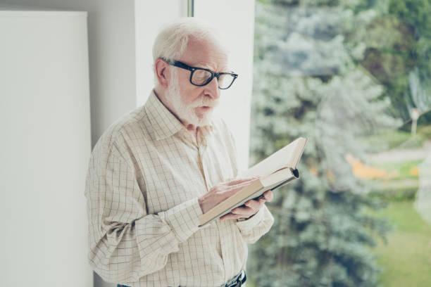 profilbildnis seite ansicht der schöne fokussierte stilvolle alte mann in der nähe - gedichte zum ruhestand stock-fotos und bilder