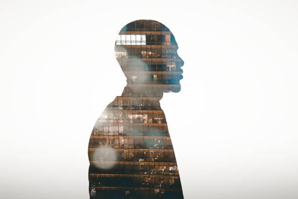 profiel bekijk silhouet van zakenman dubbele blootgesteld met stad 's nachts - dubbelopname businessman stockfoto's en -beelden