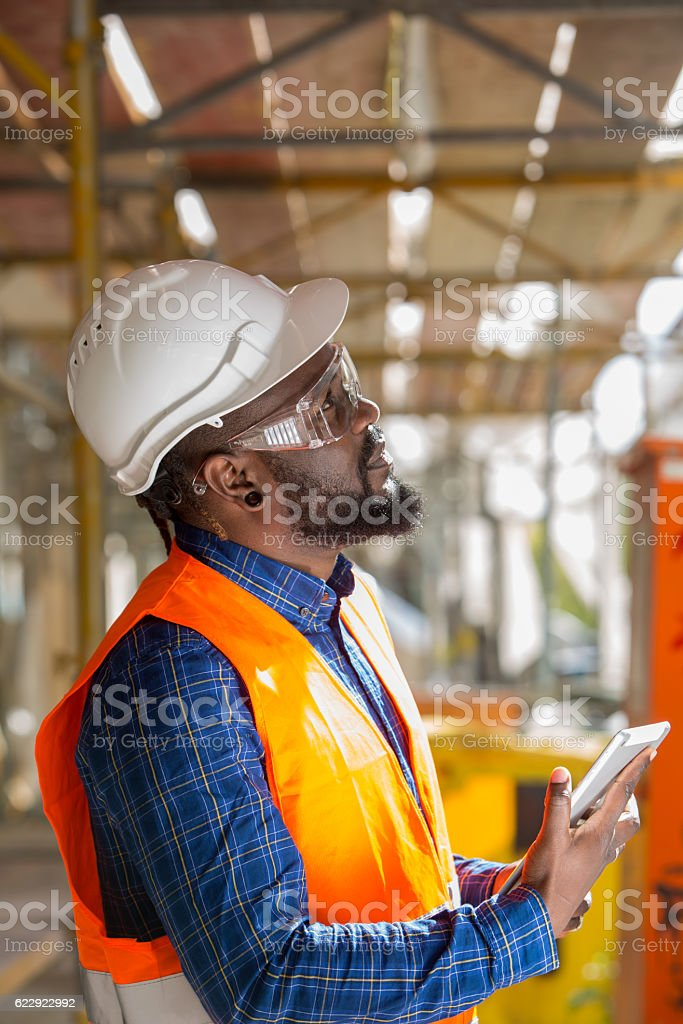 Profiled African american engineer at work using tablet computer – Foto