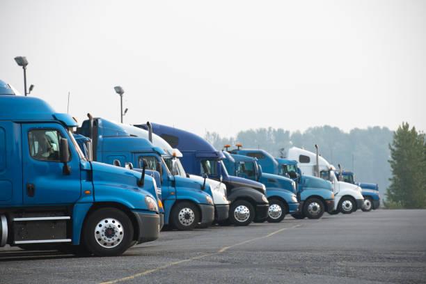 profile von verschiedenen großen bohrinseln halb lkwas stehen hintereinander auf parkplatz - schweres nutzfahrzeug stock-fotos und bilder