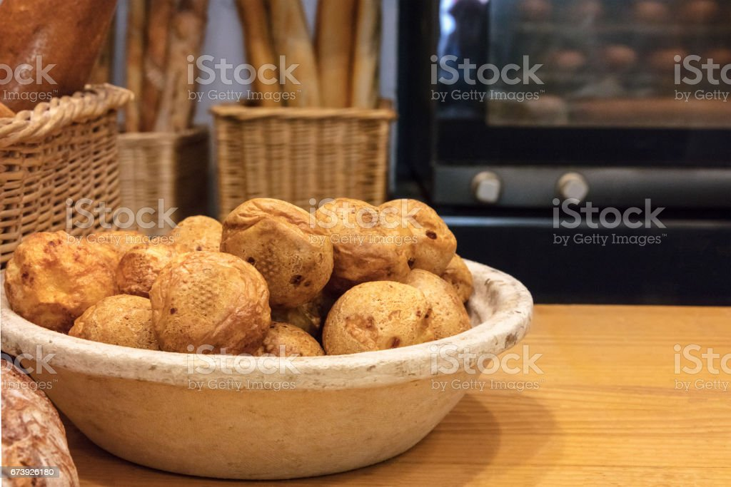 Profiteroles in Spanish bakery with oven in blurred background photo libre de droits