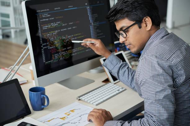 Programmierer, der die Statistiken der Website kontrolliert – Foto
